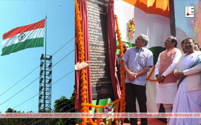 Ranchi, Jharkhand 23 January 2016 :: Union Defence Minister Manohar Parrikar (R) unfurled tallest Tricolour (66 feet by 99 feet Tricolour) in the Word at Pahari Temple in Ranchi on Saturday. Jharkhand Governor Droupadi Murmu and Chief Minister Raghubar Das (2nd-R) are also seen in the picture. Photo-Ratan Lal, Ranchi, Jharkhand,