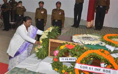 Jharkhand Governor Draupadi Murmu pays floral tribute to Indian Army Gunner Shashikant Pandey