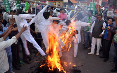 JMM burns effigy of state government against CNT SPT Act