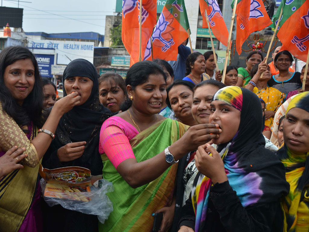 BJP Women wing activists celebrated the Supreme Court's judgment on 'Triple Talaq'