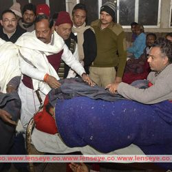 Late Night Update : Chief Minister of Jharkhand, Raghubar Das distributed blankets to patients.