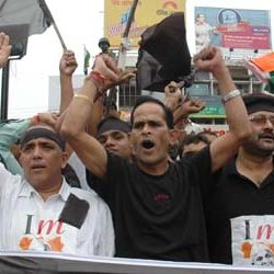 Narendra Singh Dhoni (brother of Indian Cricket Team Captain Mahendra Singh Dhoni ) (middle),in support of Anna Hazare.