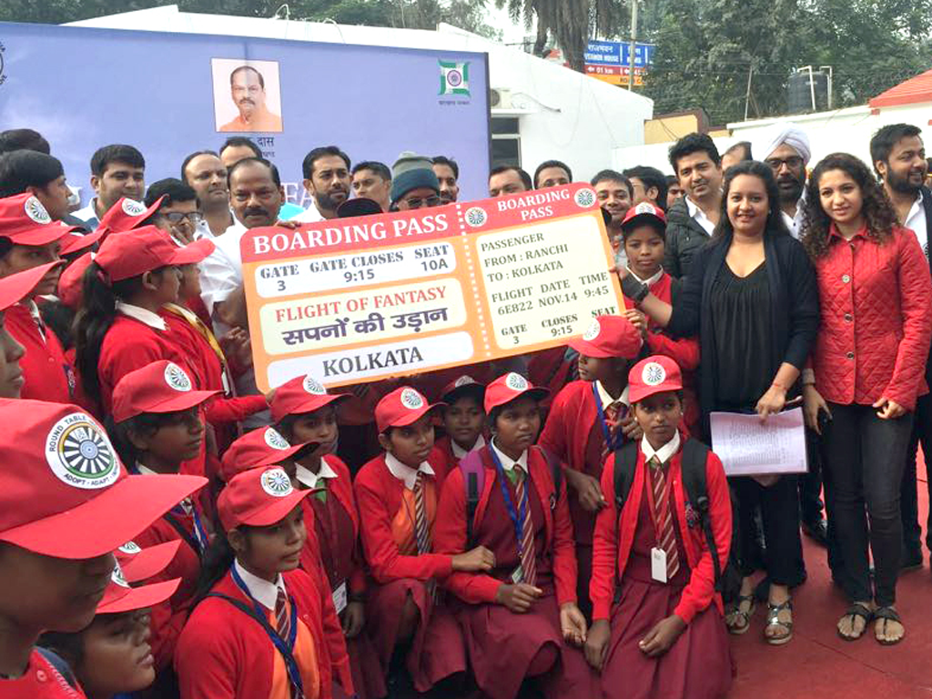 Flight of Fantasy ::Chief Minister Raghubar Das gave the boarding pass to the deprived kids to visit Kolkata