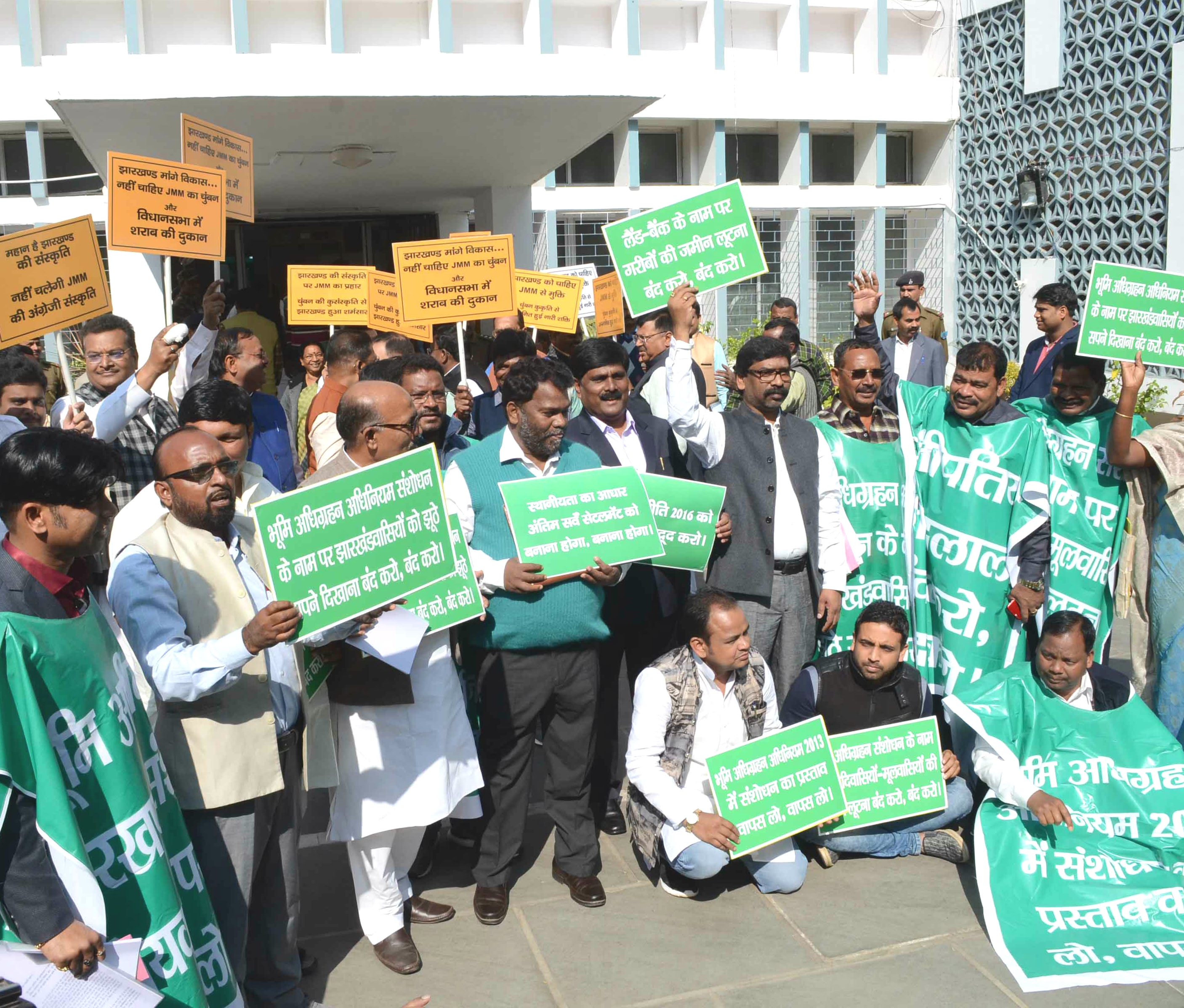Winter session of Assembly :Opposition party leaders holds placards shouting slogans against Governments CNT/SPT Act